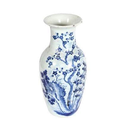 Vase. CHINA, Guangxu-Periode (1874-1908).Schauseitige, unterglasurblaue Malerei von blühenden