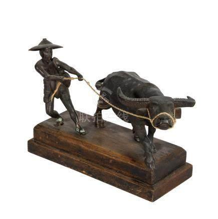 Bronze eines Bauern mit Wasserbüffel. BURMA, 1. Hälfte 20. Jh..Der Bauer hält den Büffel an einem