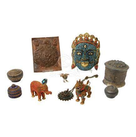 Konvolut Metallarbeiten: 11tlg. TIBET/NEPAL1 Manmdala-Relief, H 19,5 cm UND 2 runde Deckeldöschen, H