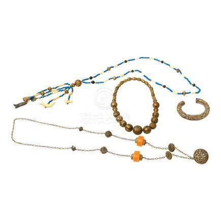 Konvolut Schmuck 4tlg. ORIENTund ASIEN,3 Halsketen und 1 Armreif u.a. aus Metall, Holz, Bein.