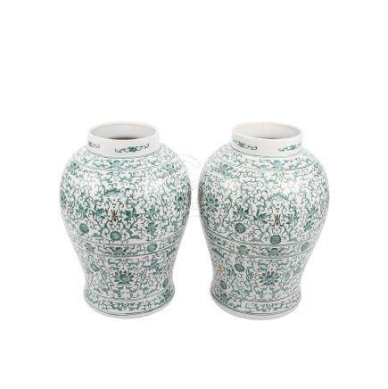 Paar dekorative Vasen. CHINA, 20. Jh.balusterförmig mit grünem Dekor, H ca. 41 cm, besch.: u.a. Chip