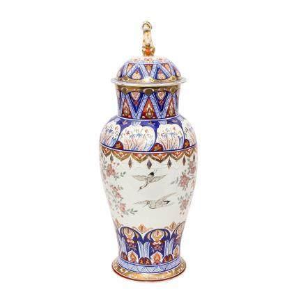 Dekorative Bodenvase. 20. Jh..Im asiatischen Stil bemalt und mit einem vollplastisch ausgearbeiteten