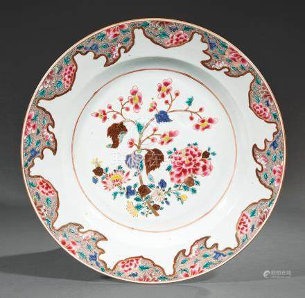 Chinese Export Famille Rose Porcelain Charger, Qianlong Period, 18th c., brightly enameled with a