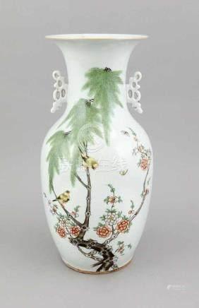 Famille-Rose-Vase, China, 19. Jh., Dekor mit blühendem Pflaumenblüthenzweig und Vogelpaar,