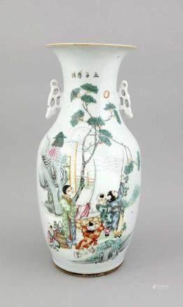 Große Famille-Rose-Vase, China, 19. Jh., polychromer Dekor mit Mutter und spielendenKindern im