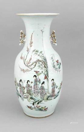 Famille-Rose-Baluster-Vase, China, 19. Jh., polychrome Aufglasur-Malerei mit Frauen imhäuslichen