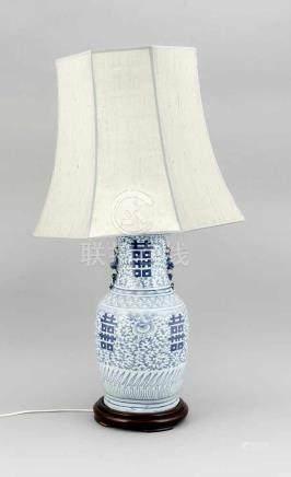 Blau-weiße Vase als Lampenfuß montiert, China, 19. Jh., kobalt-blauer Dekor mit Symbolenfür
