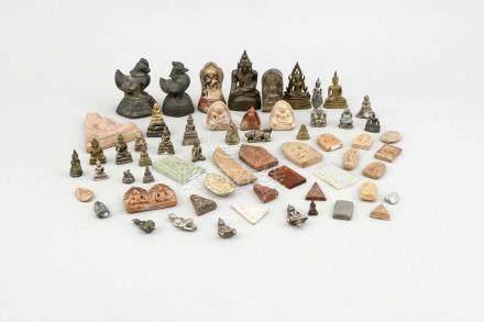 Konvolut von ca. 57 Miniatur-Buddhas (Keramik und Metall) und 3 Opiumgewichten (Eisen, 2 xVogel, 1 x