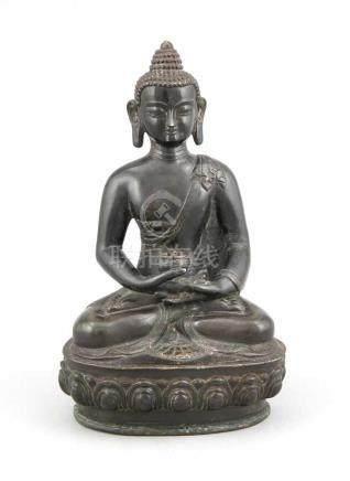 Buddha, Tibet, 19. Jh., schwarz patinierte Bronze, im Padmasana mit Räuchergefäß in denHänden,
