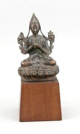 Lama Holzsockel, Tibet, 19. Jh., dunkel patinierte Bronze, Lama im Padmasana dasVitarka-Mudra
