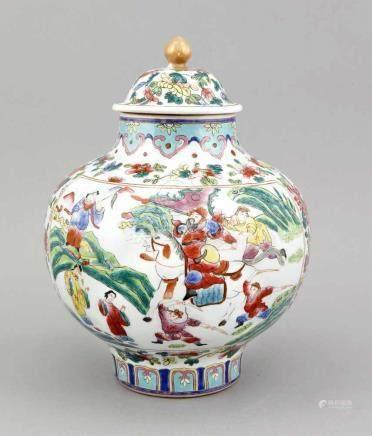 Famille-Rose-Deckelvase, China, 1. H. 20. Jh., bauchiger Korpus aufgeteilt von zwei großenReserven