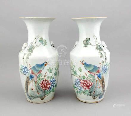 Paar große Famille-Rose Vase, China, 19. Jh., abgeschrägte Schulterform mit figürlichenHandhaben (