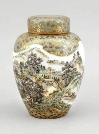 Deckelvase mit Landschaftsdekor, Japan/China, 19. Jh., umlaufender Dekor in grün-blauenTönen,