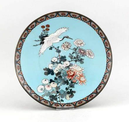 Cloisonné-Teller, China, 19. Jh., Blütenzweige und Kranich vor türkis-blauem Hintergrund,
