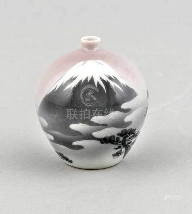 Miniaturvase, Japan, 20. Jh., Dekor mit Fuji im Nebel und Pinien im Vordergrund, signiert,H. 6 cmA