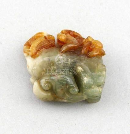 Kleine Jadeschnitzerei, China, 19. Jh.?, verschiedene Insekten auf einem Hund, Jade vonseladonfarben