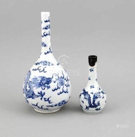 2 Vasen, China, 18./19. Jh., einmal mit Drachen und Phönix, stilisierten Wolken undFlammen in
