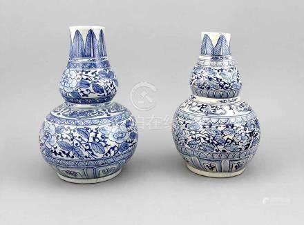 Paar Flaschenkürbis-Vasen, China, 19. Jh., Dekor in Unterglasurblau, Ranken undKartuschenfriese,