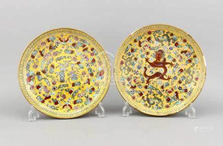 Paar Teller, China, 1. V. 20. Jh., in der Spiegelmitte einmal ein Drache, einmal
