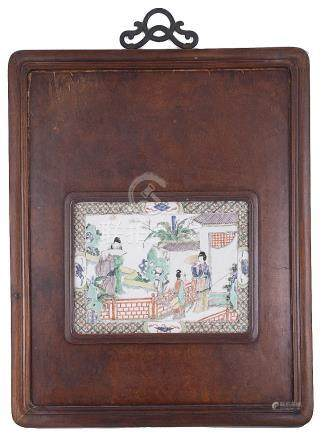 A CHINESE FAMILLE VERTE PLAQUE, KANGXI (1662-1722) painted with a woman and young girl standing