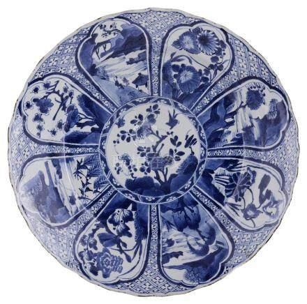 A CHINESE BLUE AND WHITE PORCELAIN CHARGER, KANGXI (1662-1722) circular with barbed rim, painted