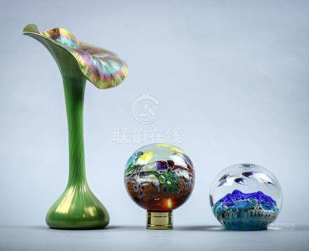 (lot of 3) Lundberg Studios art glass group, consisting of a jack-in-the-pulpit vase having a