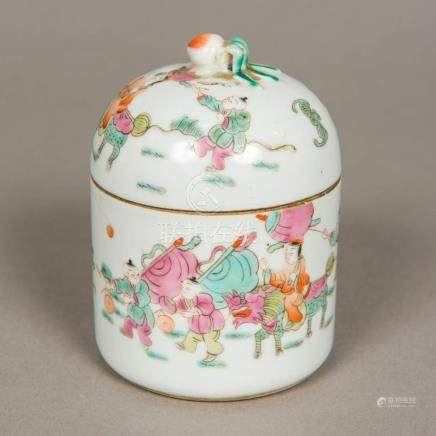 A Chinese famille rose porcelain box and cover Of circular s