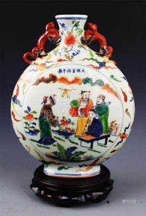 A FINE FAMILLE VERTE CHARACTER PAINTED FLAT VASE