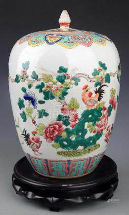 A FINELY PAINTED FAMILLE-ROSE PORCELAIN JAR WITH COVER
