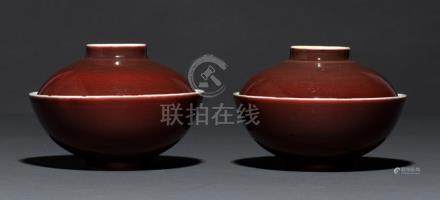 A PAIR OF COPPER-RED GLAZED PORCELAIN BOWLS AND COVERS, China, 18th ct, probably Kangxi period - Sma