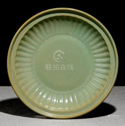 A GOOD CELADON-GLAZED PLATE, China, 17th/18th ct. - Property from an old South German private collec
