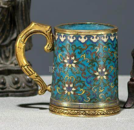 A VERY RARE CLOISONNÉ ENAMEL TANKARD WITH LOTUS, China, 18th ct., gilt bronze handle - Property from