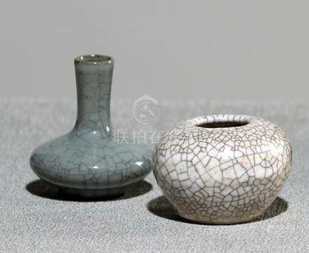 A CRAZED MINIATURE VASE AND BRUSHWASHER, China, Qing dynasty - Property from a German private collec