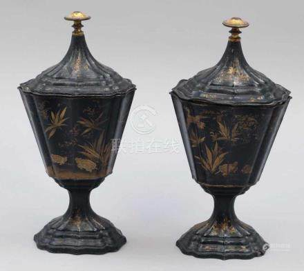 Paar DeckelvasenWohl China, 19. Jahrhundert. Zink. Schwarz und gold bemalt. H. 33 cm. - Zustand: