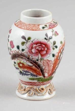 """Kleine VaseChina, 18. Jahrhundert. - """"Familie Rose"""" - Porzellan. Polychrom bemalt. H. 7 cm. Großes"""