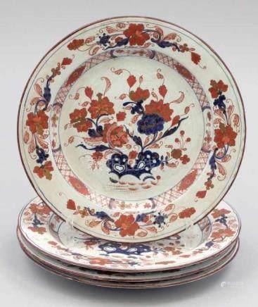 4 Imari-TellerChina, 19. Jahrhundert. Porzellan. Rot, blau und gold bemalt. D. 24,5 cm. Ungemarkt.