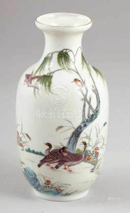 VaseUm 1930. Porzellan. Polychrom bemalt. H.18,5 cm. Rote Bodenmarke: Hongxian Nian Zhi. Vogel und