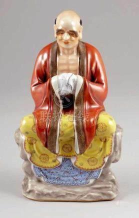 Meditierender MönchChina. Porzellan. Polychrome und emaillierte Bemalung. H. 25 cm.