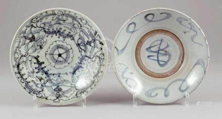 Paar TellerChina. - Abstrakte Motive - Porzellan. Blaue Unterglasur. D. 25 cm. Ringmarken. -
