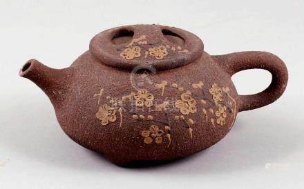 TeekanneChina. Ton. H. 9 cm. Unleserl. Bodenmarke. Gebauchte Form, dunkelbraun mit Blumendekor.