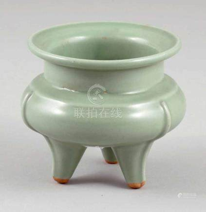 Brûle-Parfum GefäßChina, Qing Dynastie. Emaillierte Kreamik. Seladonfarben. H. 11 cm. Ungemarkt.