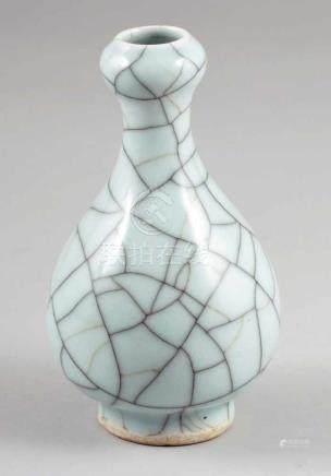 Guan-VaseChina, Qing-Dynastie. Keramik mit Krakelleen Glasur. H. 16,5 cm. Ungemarkt.