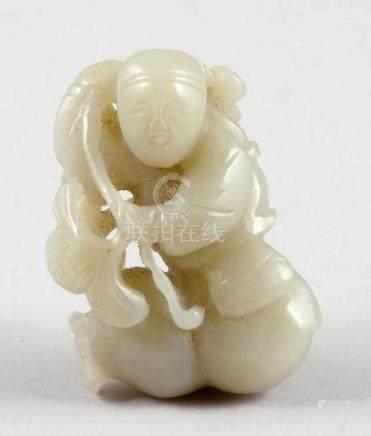 Jadeschnitzerei als Kind mit FrüchtenChina, 19. Jahrhundert. Jade. L. 6,5 cm. Gew. 60 g.