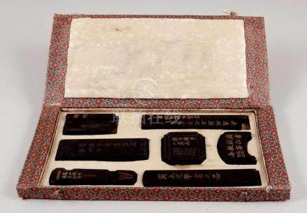 Kalligrafie-SetChina, 20. Jahrhundert. Verschiedene Tuschesteine mit Signaturen und Zeichen.
