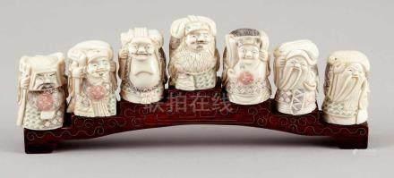 7 Gelehrte auf HolzbrückeChina. Bein. Alle Figuren signiert und bemalt. H. 5 cm. Brücke mit