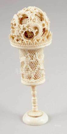 Zauberkugel auf StänderChina, wohl um 1920. Elfenbein. Gesamt-H. 18,5 cm. Kugel D. 6,5 cm. -