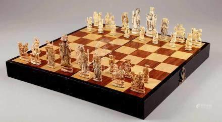 SchachspielChina. Elfenbeinfiguren. Komplett mit Kasten/Spielbrett. 45,5 x 45,5 cm. - Zustand: