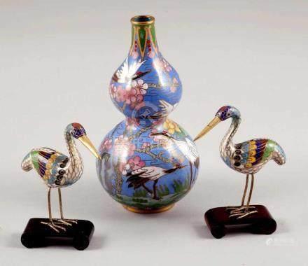 Vase als DoppelkürbisChina. Cloisonné. H. 16 cm. - Zustand: Gut. Landschaftsdekor mit Kranichen