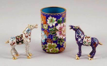 PinselbecherChina. Cloisonné. H. 10 cm. Zylinderform mit floralem Dekor. Beigegeben: 2 Cloisonne-