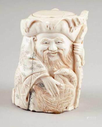 OkimonoJapan, 19. Jahrhundert. - Gelehrter mit Hut - Elfenbein/partiell bemalt. H. 10,5 cm. -